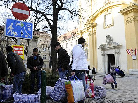 Flüchtlinge aus der Votivkirche übersiedeln in das Servitenkloster in Wien-Alsergrund