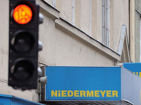 Ampel und Schild des insolventen Elektrohändlers Niedermeyer