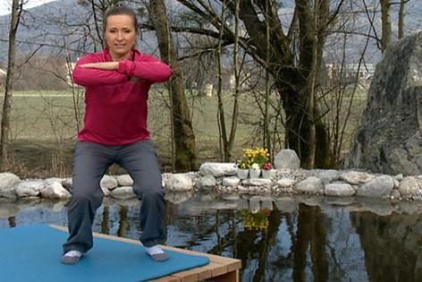 Doresia Krings in hüftbreitem Stand mit verschränkten Armen im Fernsehgarten