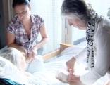 Pflegerinnen betreuen alten Menschen