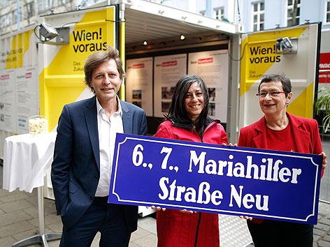 Thomas Blimlinger, Maria Vassilakou, Renate Kaufmann vor Dialogbox zur Mariahilfer Straße