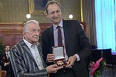 James Last erhält das Goldene Ehrenzeichen für Verdienste um das Land Wien von Kulturstadtrat Andreas Mailath-Pokorny