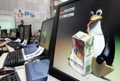 PC Bildschirm mit Linuxmaskottchen Pinguin