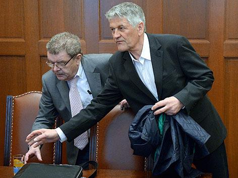 Walter Mayer mit Anwalt Reinhard Ratschiller im Justizpalast in Wien