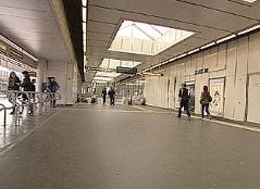 Vater in U-Bahn-Station Handelskai neben Kindern mit Messer attackiert