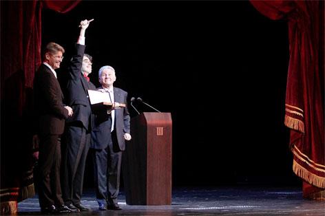 Der Intendant des Landestheaters Rainer Mennicken (Mitte) hält den von Landeshauptmann Josef Pühringer (rechts) überreichten symbolischen Schlüssel des Musiktheaters