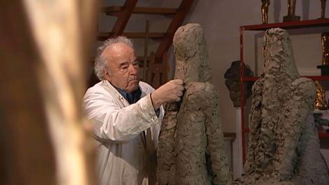 Wander Bertoni arbeitet im Atelier an einer Skulptur
