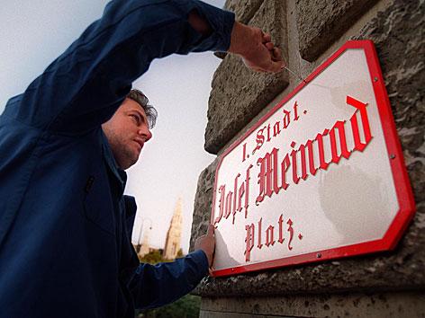 """Am Platz zwischen Burgtheater und Volksgarten in Wien wurde das Straßenschild """"Josef Meinrad-Platz"""" angebracht."""