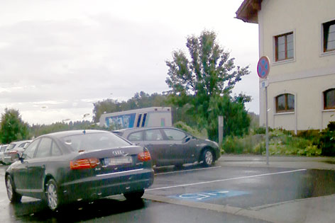 Fahrzeug auf Parkplatz