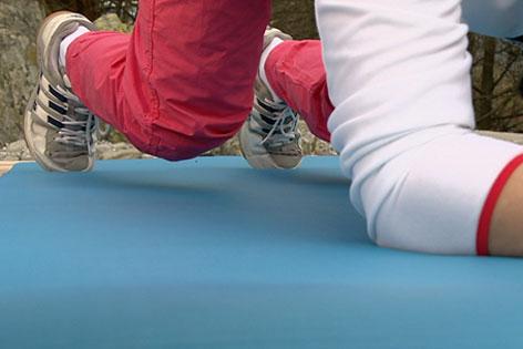 Doresia Krings und Gerald Bauer zeigen eine Bauchmuskelübung