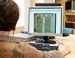 Frau liest Buch online