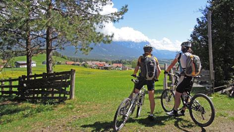 Zwei Radfahrer schauen in die Gegend