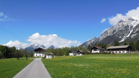 Wiesen, Häuser und Berge