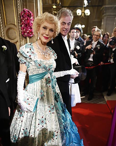 Renate Hirsch Giacomuzzi  mit Begleitung am Opernball in Wien