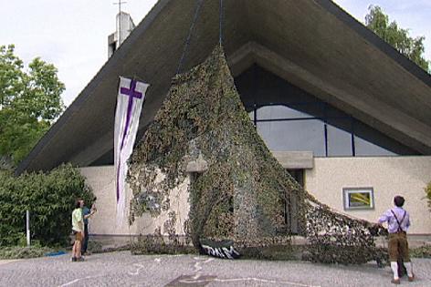 Tarnnetz wird von der Kirche genommen