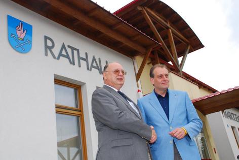Otto Pendl und Andreas Kollross geben sich vor dem Rathaus die Hand.