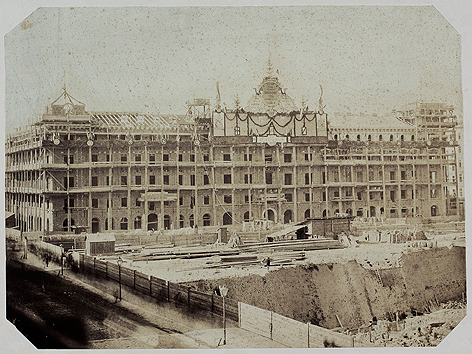 Heinrichhof, 1861-1863, mit dem Heinrichhof, für den Ziegelindustriellen Heinrich von Drasche geplant, schuf Theophil Hansen den Prototyp des großbürgerlichen Mietshauses.