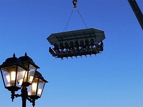 Tafel schwebt in 50 Meter Höhe