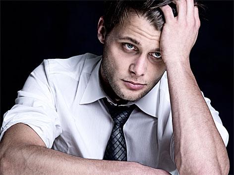 Ermattet und gestresst wirkender Mann
