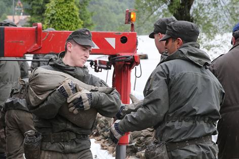 Soldaten der Kaserne Amstetten im Hochwassereinsatz in Freyenstein (NÖ)