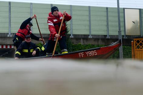 Feuerwehrmänner in einer Zille am 4. Juni 2013, im überfluteten Sarling