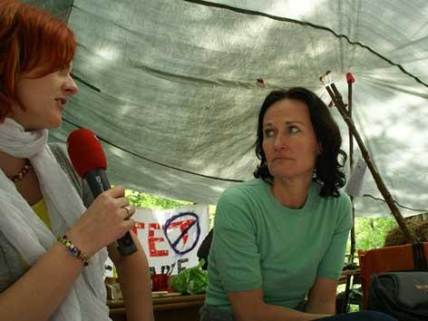 Eva Glawischnig im Camp der Kraftwerksgegner