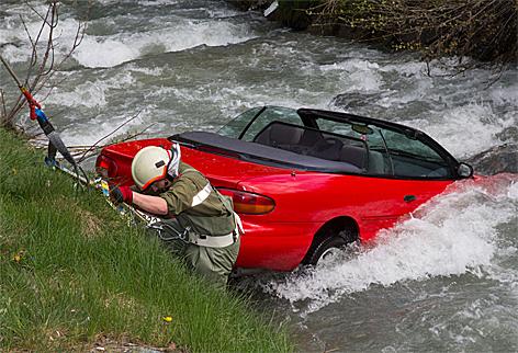 Hochwasser Autowrack Bach Unfall Motorschaden
