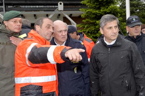 Landeshauptmann Erwin Pröll und Vizekanzler Michael Spindelegger am 4. Juni 2013, während eines Lokalaugenscheins in Wallsee (Bezirk Amstetten)