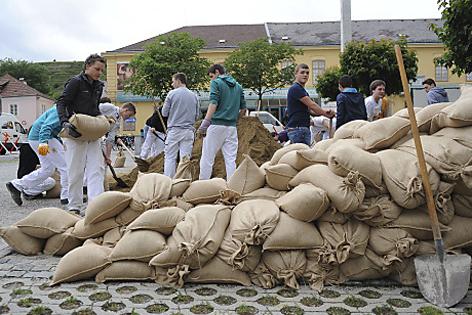 Sandsäcke werden eingefüllt