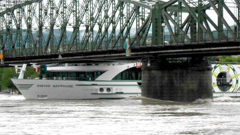 Donauschiff unter der Linzer Eisenbahnbrücke