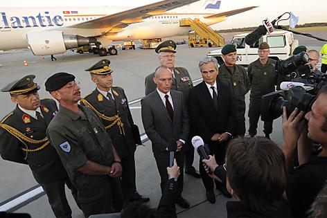 Gerald Klug und Werner Faymann am Fluhafen begrüßen die Soldaten vom Golan