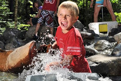 Kinder beim Spielen im Wassererlebnispark Galitzenklamm
