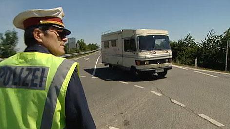 Polizist regelt Anreiseverkehr zum Nova Rock