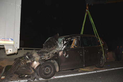 In LKW-Heck eingeklemmtes Unfallfahrzeug