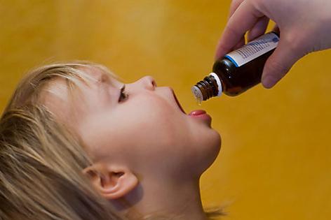 Kind bekommt homöopathisches Medikament