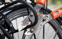 Fahrradschloss wird durchgeschnitten