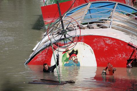 Soldaten im Wasser arbeiten am versunkenen Schiff