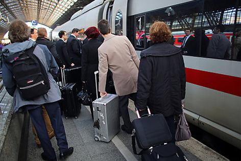 Bahn ICE Bahnhof Reisende