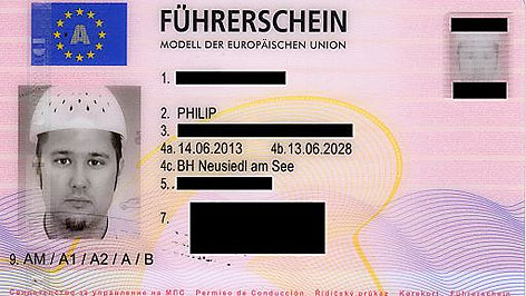 Führerscheinfoto mit Nudelsieb als Kopfbedeckung