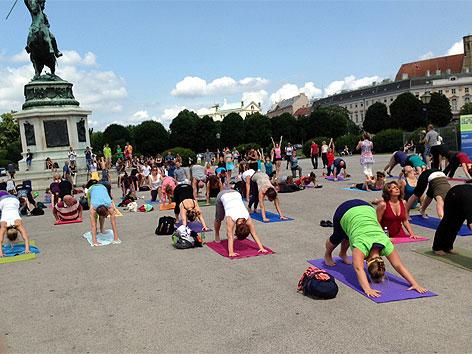 Yoga-Flashmob am Heldenplatz
