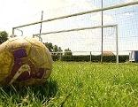 Fußball vor einem leeren Tor