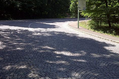 Schäden an gepflasterter Höhenstraße