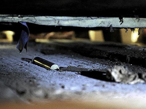 Jener Behälter, der unter der Steinfigur des gefallenen Soldaten in der Krypta im Wiener Burgtor gefunden wurde, aufgenommen am Mittwoch, 18. Juli 2012 an seinem Auffindungsort