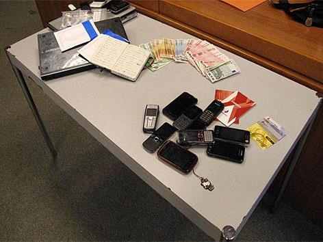 Menschenhändlerring gesprengt: Sichergestelltes Geld, Mobiltelefone und Sparbücher