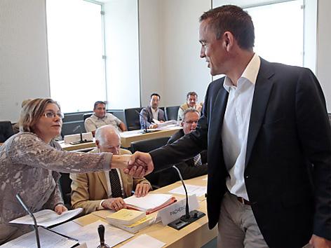 Uwe Scheuch begrüßt U-Ausschussvorsitzende Barbara Lesjak