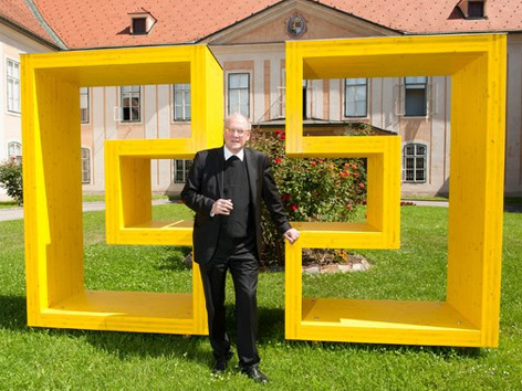 Logotip škofije kot skulptura, škof Schwarz