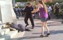 Frau liegt auf Stufen, Polizist und andere Frau daneben