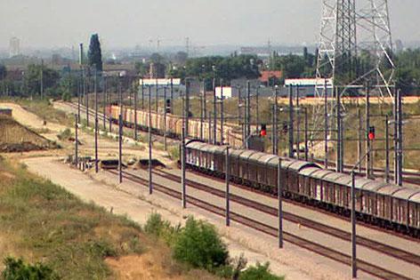 Gelände des künftigen Güterterminals Inzersdorf mit Waggons