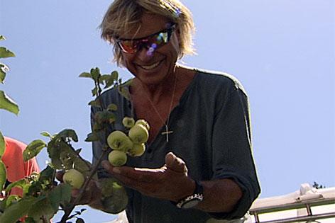 Hansi Hinterseer mit Klarapfelbaum