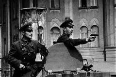 Sowjets auf Panzer